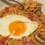 Spaghetti con peperoncini, pancetta, funghi e uovo