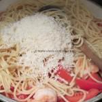 Spaghetti con gamberi, pancetta e peperoncini