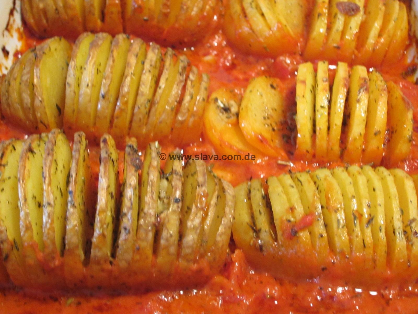 Gefächerte Knoblauch-Kräuter-Kartoffeln an Tomatensauce
