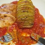 gefächerte Knobi-Kräuter-Kartoffeln an Tomatensosse