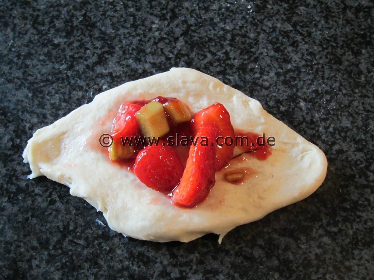 Schnelle fluffige Rhabarber-Erdbeer-Buchteln