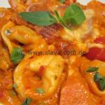 Überbackene Spargelspitzen mit Tortellini an feinwürziger Ajvar-Sauce
