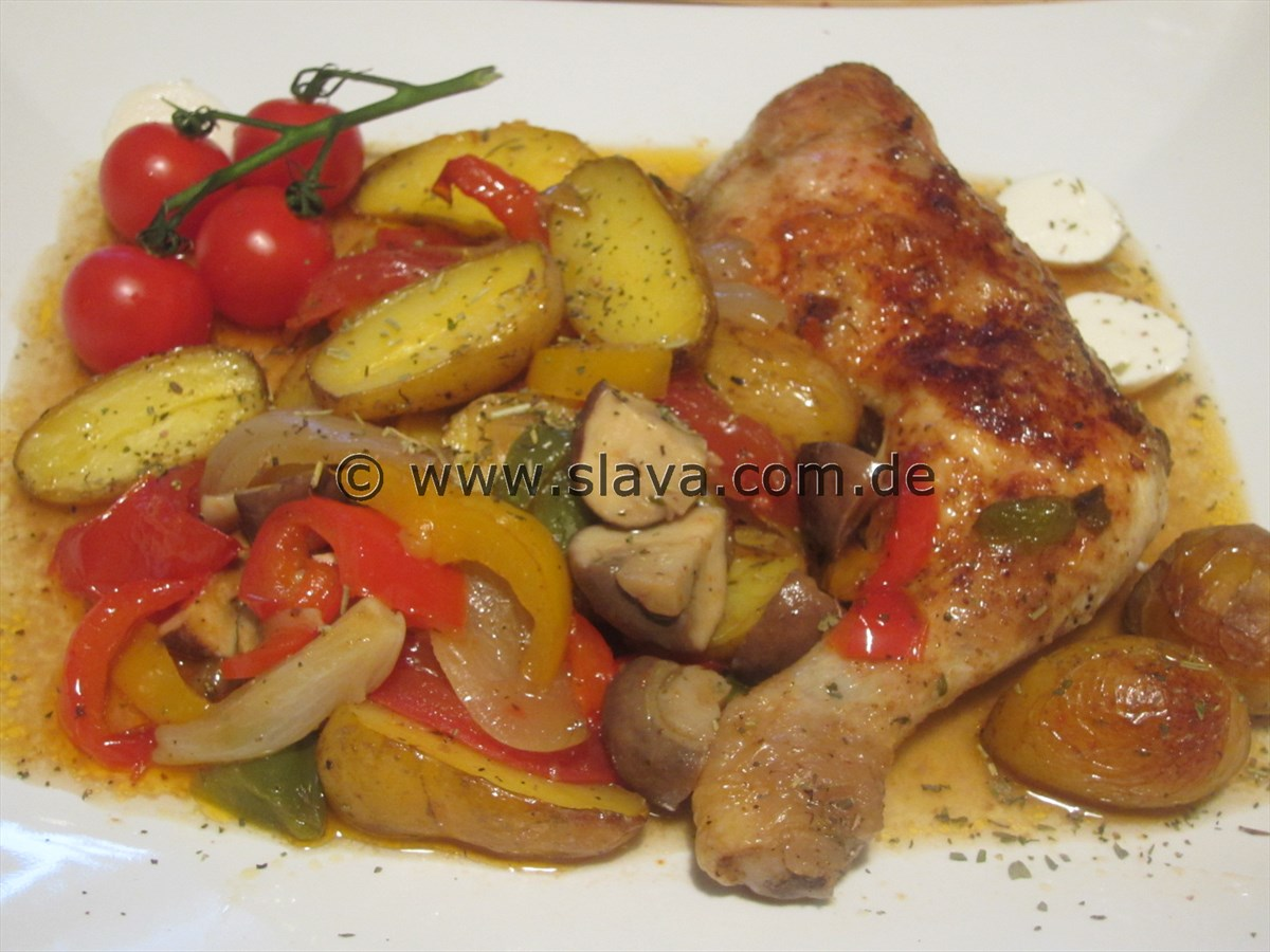 Geschmortes Balkan-Hähnchen auf buntem Gemüse