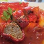 Gefüllte Paprika in einer fein würzigen Tomaten-Ajvarsoße