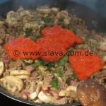 Schnelle Pastapfanne mit einer leckeren Ajvar-Knoblauch-Hackfleischsoße