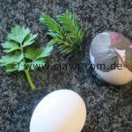 Natürlich gefärbte Ostereier mit Pflanzenmotiven