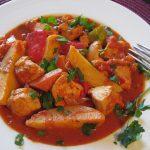Zartes Hähnchen-Gulasch mit pikanter Sauce