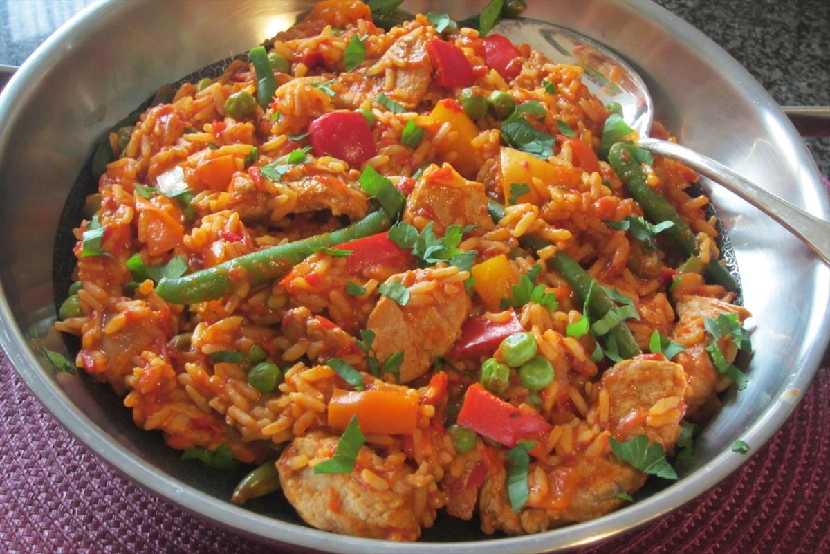 Schnelle serbische Djuvec-Reisfleisch-Pfanne