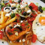 Griechischer Salat mit Feta – Putenschnitzel und Spiegelei