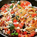 Pasta fredda mit Hühnchen, Feta und Oliven