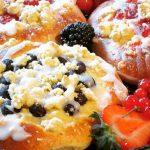 Schnelle Streuseltaler mit Beeren und Pudding